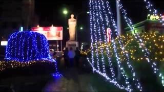 中津駅に飾られているイルミネーションが福沢諭吉を照らす.