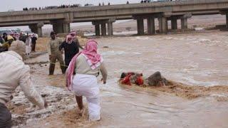 شاهد رجل يغرق بسبب السيول في الكويت🔴 رحمتك يا الله