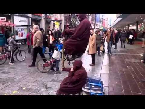 Это не вероятно! Парень сидит в воздухе! - Its not likely! The guy sits in the air!