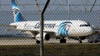 مقطع فيديو يظهر لحظة عبور خاطف الطائرة المصرية نقاط أمن المطار