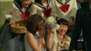 紺色のカチューシャをした制服姿の可愛い女の子が山田みなみちゃんです...