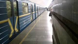Метро в Киеве старые вагоны и новые