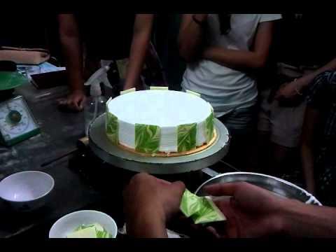 dạy trang trí bánh gắn chocolate và bơm đường cong mỏ vịt.mp4