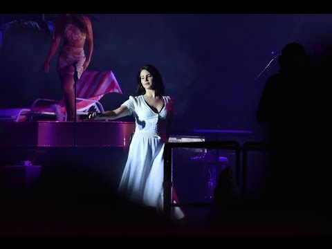 Lana Del Rey killing Pretty When You Cry after experiencing technical difficulties