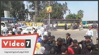 الشرطة تنجح في فتح طريق كورنيش النيل بعد قطعه بسبب