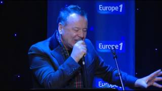 "Le groupe Simple Minds interprète "" Honest Town "" en live"