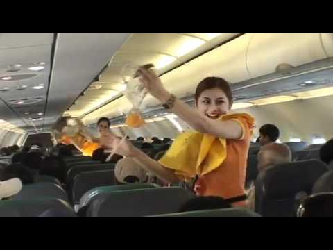 Tiếp viên hàng không nhảy nhót trên máy bay