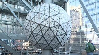 纽约时代广场跨年夜 水晶球将照常落下 - YouTube
