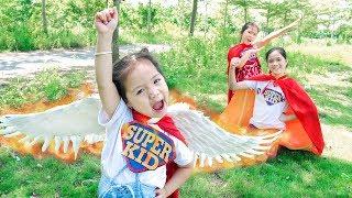 Siêu Anh Hùng Nhí Tốt Bụng Giúp Đỡ Bà Cụ Già Qua Đường - Trang Vlog