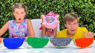 Nastya, Artem und Mia bemalen Wassermelonen