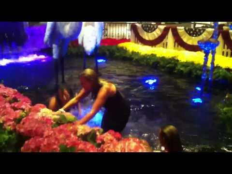 Girls jump into Bellagio fountain
