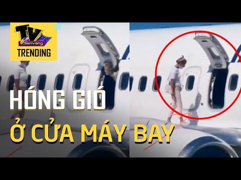 Nữ hành khách vô tư ra cánh máy bay để hóng gió