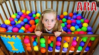 Ulya متعة تلعب مع الكرات الملونة