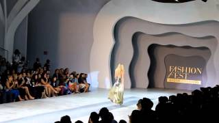 models candice swanepoel pooja mor fall down during givenchy spring summer 2016 fashion show
