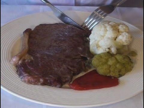 C mo usar los cubiertos en una cena formal youtube for Cuchillos mesa para carne