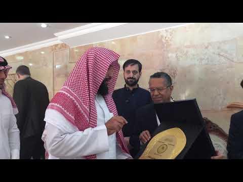 رئيس الوزراء اليمني يكرم الشيخ عبدالعزيز بن عبدالله العقيلي الخالدي لجهوده في إصلاح ذات البين .