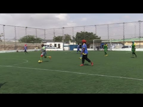 نساء صوماليات يتحدين التقاليد لممارسة كرة القدم
