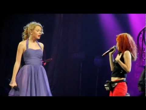"Taylor Swift and Hayley Williams of Paramore sing ""That's What You Get"""