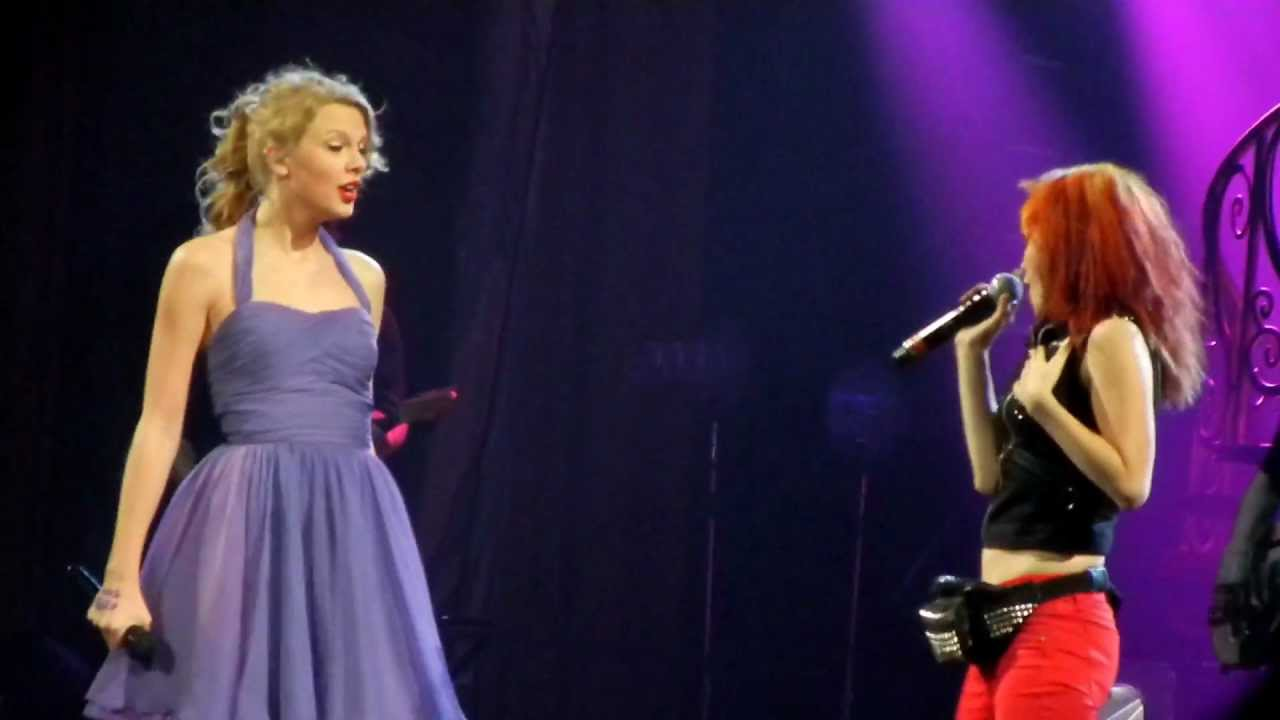 "Taylor Swift and Hayley Williams of Paramore sing ""That's ..."