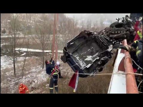 شاهد: انقاذ سائق انقلبت شاحنته جانب طريق سيارة وبقيت معلقة في الهواء…  - نشر قبل 5 ساعة