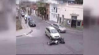 Accidente entre una moto y un auto en Tucumán y Alberdi