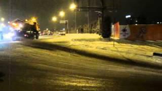 23 февраля 2011  Алматы Гололед   Тигр едет и сыпет песок или соль на Сейфулина выше Альфараби MVI 0127(, 2011-02-24T03:43:33.000Z)