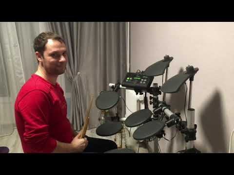 Играет на электробарабане. Классно отбивает ритм на электронном барабане. Учусь играть на барабанах.