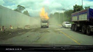 """""""فيديو"""" شاهد  اشتعال النيران بشاحنة غاز الغاز الطبيعي وتحطيمها لعدة السيارات"""