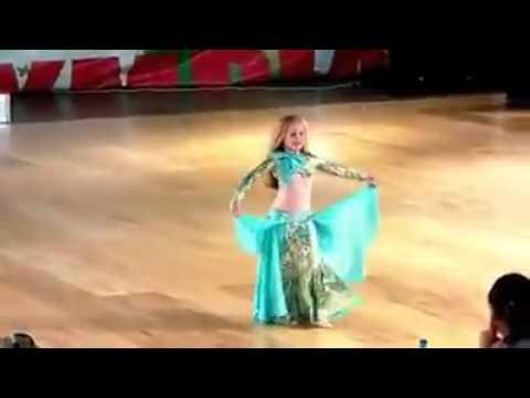 """طفلة صفيرة تتحدى """"صافيناز"""" في الرقص الشرقي thumbnail"""