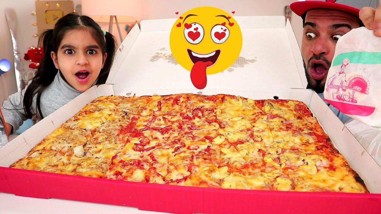 تحدي أكل بيتزا إيطالية عملاقة حجم عائلي كبير مع  إبنتي زينب - موكبانغ   Italian Pizza CHALLENGE