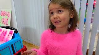 Дети Играют В Магазин И Катаются На Спортивных Машинках