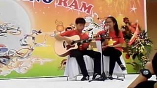 Các học viên Guitar Mạnh Dương và Linh Trang biểu diễn tiết mục ''tôi thấy hoa vàng trên cỏ xanh''