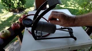 Видео обзор старенького дачного ножного насоса для велосипедов и садовой тачки