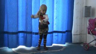 Безгина Софья танцует.