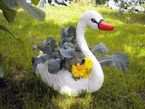 видео: Поделки для сада. Лебедь-кашпо из гипса.