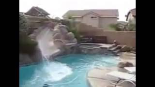 @СМЕШНОЕ ВИДЕО.Собака развлекается на водной горке. Просто прикол!@