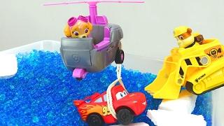 Paw Patrol spielt mit Lightning McQueen in Kindervideo.