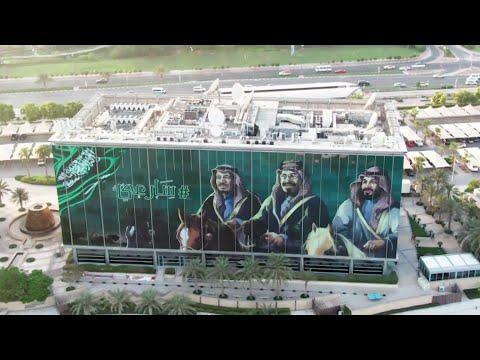 مبنى MBC في دبي، يتزين بأضخم صورة للملك عبد العزيز وخادم الحرمين الشريفين وولي العهد