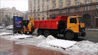 Коммунальщики и коммунальная техника убирают Крещатик от снега Киев 1 02 2021 г