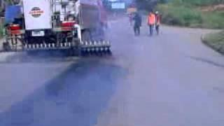 Ремонт дорожного полотна с помощью автогудронатора(На видео демонстрируется ремонт дорожного полотна с помощью автогудронатора. Новейшие китайские автогудр..., 2011-07-28T19:20:01.000Z)