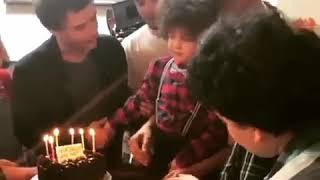 Hazal Kaya  detras de cámaras en el cumpleaños de Omer