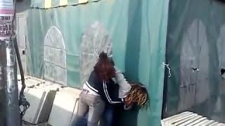 Deux prostituées se battent pour un client généreux