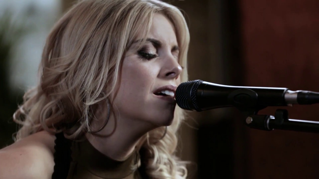 Lindsay Ell – Strawberry Wine (Forever Country Cover Series)