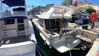 Comment rentrer un bateau à moteur de 15 mètres au port.