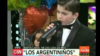 """Martin Savi cantando """"me das cada dia más"""" en los estudios de c5n."""