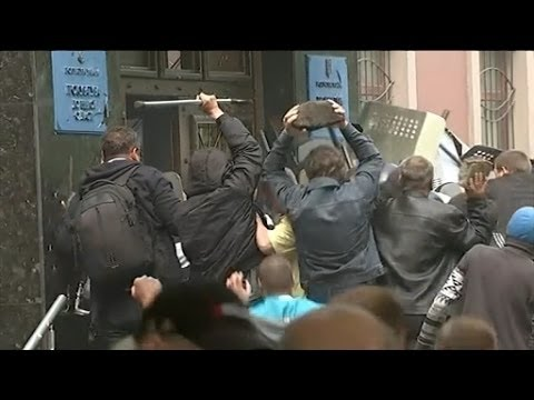 Riot police surrender to protesters in Donetsk chaos