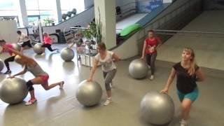 Групповая тренировка с фитболом