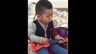 Thần đồng Guitar 2 tuổi - Tommy Nguyen