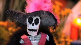 Шествие со скелетом во главе в День мертвых