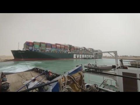 Decenas de barcos bloqueados por un buque taiwanés en el canal de Suez